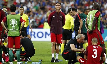 Ronaldo 3 lần bật khóc trong trận chung kết Euro 2016 - ảnh 14