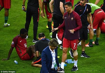 Ronaldo 3 lần bật khóc trong trận chung kết Euro 2016 - ảnh 15