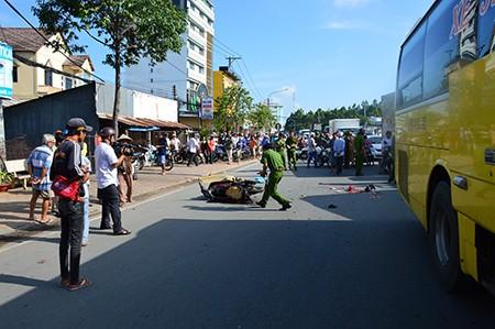 Xe khách đâm vào đuôi xe máy, 1 người chết, 2 người bị thương - ảnh 1