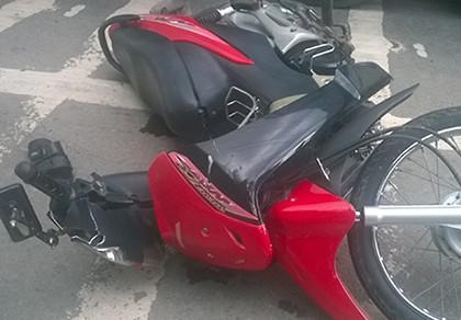Xe máy đâm vào đuôi xe ô tô, một người nguy kịch - ảnh 1