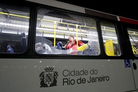Sốc: Xe chở nhà báo tác nghiệp tại Olympic bị tấn công bằng súng - ảnh 2