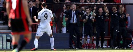 Ibra, Rooney, Mata 'nổ súng', M.U mở màn Premier League hoành tráng - ảnh 1