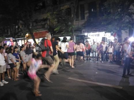 Chủ tịch Hà Nội dạo phố đi bộ, mua tò he tặng du khách - ảnh 8