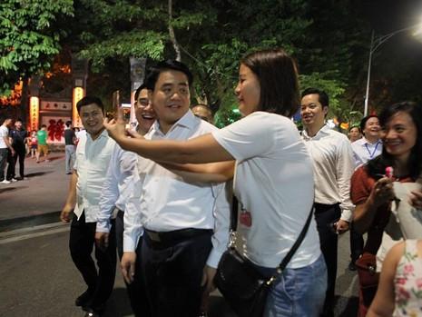 Chủ tịch Hà Nội dạo phố đi bộ, mua tò he tặng du khách - ảnh 2