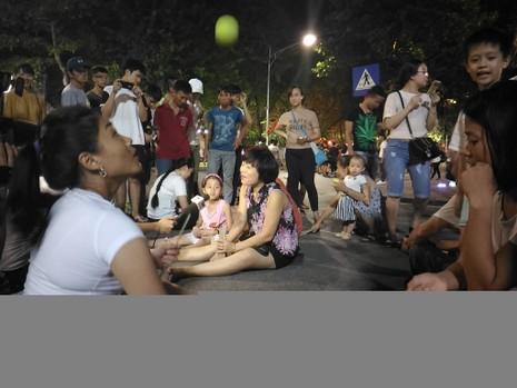 Chủ tịch Hà Nội dạo phố đi bộ, mua tò he tặng du khách - ảnh 6