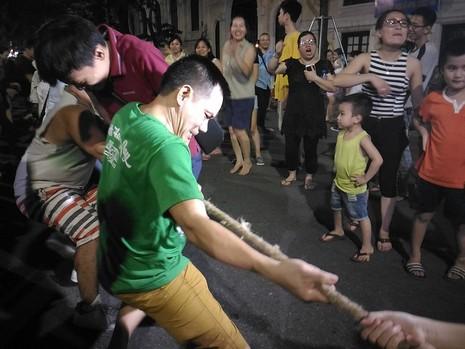 Chủ tịch Hà Nội dạo phố đi bộ, mua tò he tặng du khách - ảnh 7