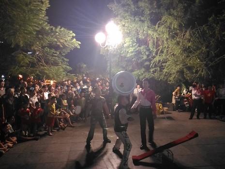 Chủ tịch Hà Nội dạo phố đi bộ, mua tò he tặng du khách - ảnh 9