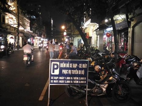 Chủ tịch Hà Nội dạo phố đi bộ, mua tò he tặng du khách - ảnh 10