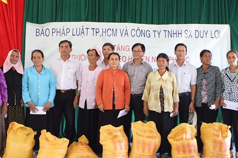 Tặng quà cho đồng bào người Chăm Ninh Thuận - ảnh 5