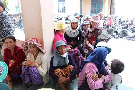 Tặng quà cho đồng bào người Chăm Ninh Thuận - ảnh 1