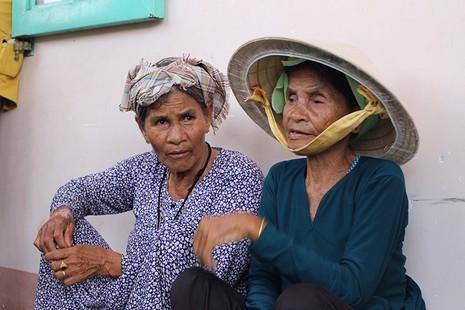 Tặng quà cho đồng bào người Chăm Ninh Thuận - ảnh 2