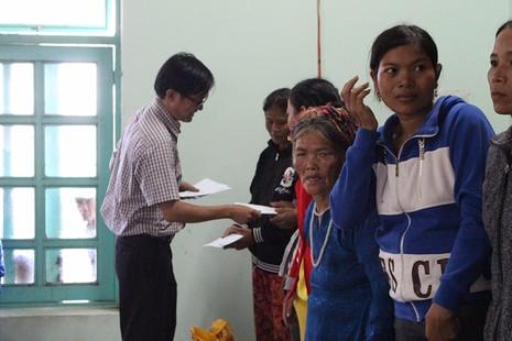 Tặng quà cho đồng bào người Chăm Ninh Thuận - ảnh 4