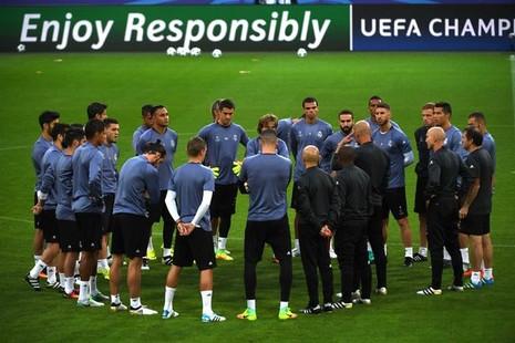 Zidane xoa dịu, Ronaldo cười tươi như hoa trên sân tập - ảnh 1