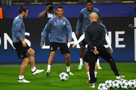 Zidane xoa dịu, Ronaldo cười tươi như hoa trên sân tập - ảnh 6