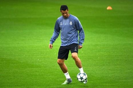 Zidane xoa dịu, Ronaldo cười tươi như hoa trên sân tập - ảnh 2
