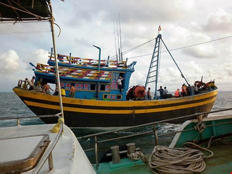 Cấm hành nghề vĩnh viễn 2 tàu tấn công cán bộ - ảnh 1