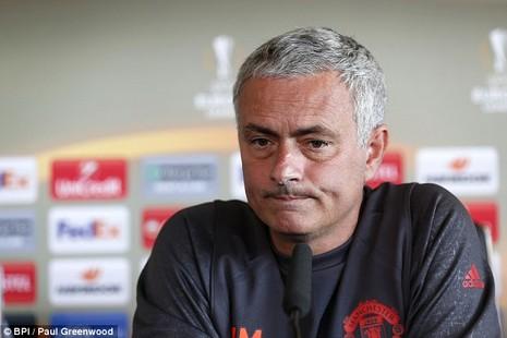 Lại bị Mourinho bỏ rơi, Rooney vẫn tươi cười - ảnh 2