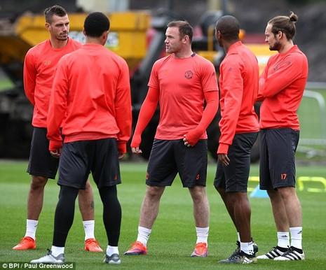 Lại bị Mourinho bỏ rơi, Rooney vẫn tươi cười - ảnh 10