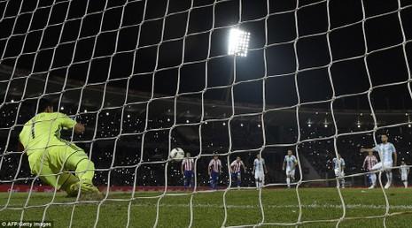 Argentina thua sốc, Brazil tiếm ngôi đầu - ảnh 1