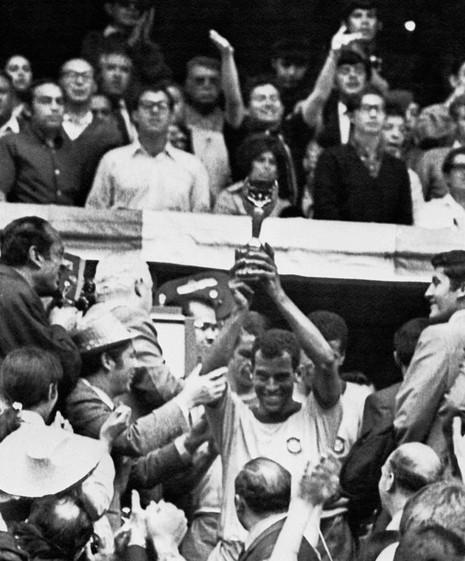 Huyền thoại World Cup 1970 qua đời vì đau tim - ảnh 1