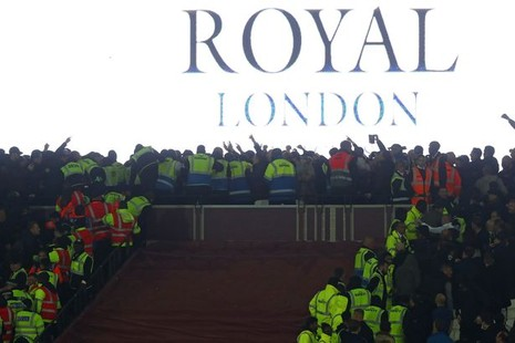 CĐV Chelsea và West Ham ẩu đả ngay trên sân - ảnh 8