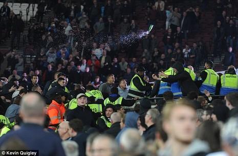 CĐV Chelsea và West Ham ẩu đả ngay trên sân - ảnh 9
