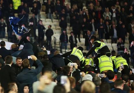 CĐV Chelsea và West Ham ẩu đả ngay trên sân - ảnh 4