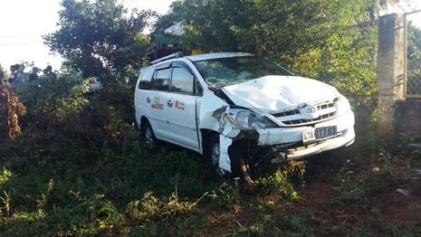 Taxi tông xe máy, 3 người thương vong - ảnh 3