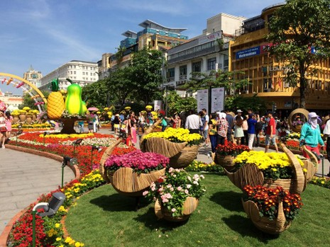 Ngắm đường hoa Nguyễn Huệ khoe sắc sáng 30 tết - ảnh 10