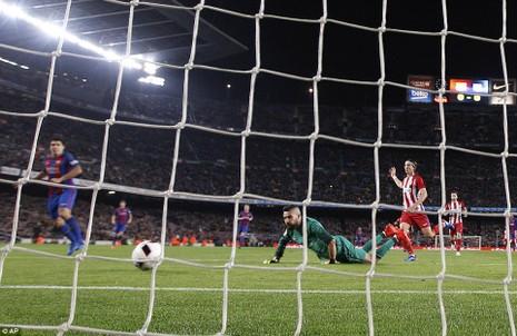 Barca vào chung kết cúp nhà vua trong trận cầu bạo lực - ảnh 1