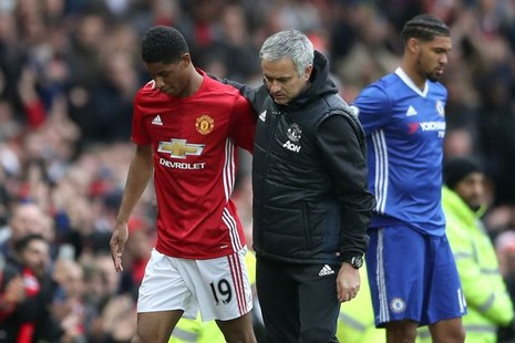 Mourinho nâng niu logo MU,nhắc chuyện xưa 'mỉa' Chelsea - ảnh 1