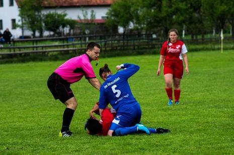 Cầu thủ nữ đè, đấm đối thủ liên tục như trên võ đài - ảnh 1