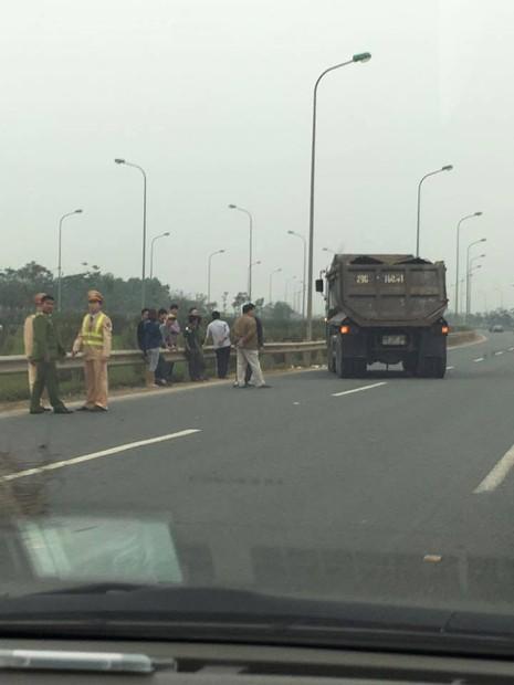 Một cảnh sát giao thông bị xe tải tông nguy kịch - ảnh 1