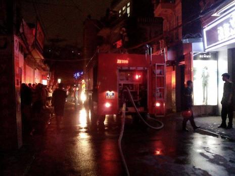 Lửa bùng cháy sau tiếng nổ lớn từ ngôi nhà trong hẻm - ảnh 4