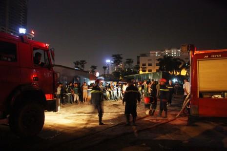 Cháy khu lán trại công nhân, nhiều người hoảng loạn - ảnh 3