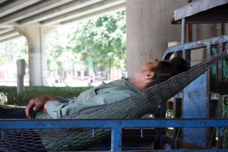 Chùm ảnh: 101 kiểu người Hà Nội trốn nắng nóng kỷ lục - ảnh 10