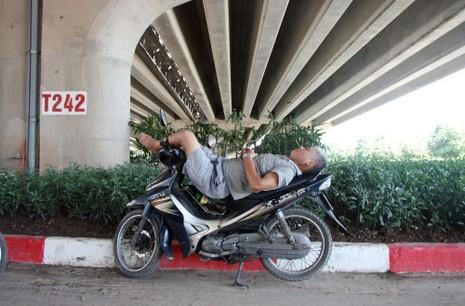 Chùm ảnh: 101 kiểu người Hà Nội trốn nắng nóng kỷ lục - ảnh 12