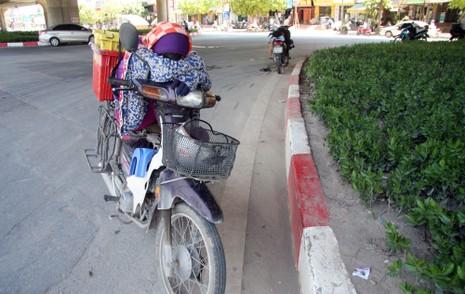 Chùm ảnh: 101 kiểu người Hà Nội trốn nắng nóng kỷ lục - ảnh 15
