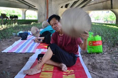 Chùm ảnh: 101 kiểu người Hà Nội trốn nắng nóng kỷ lục - ảnh 6