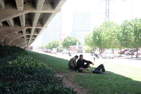 Chùm ảnh: 101 kiểu người Hà Nội trốn nắng nóng kỷ lục - ảnh 7