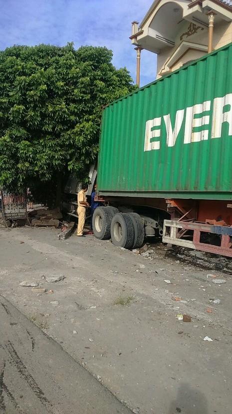 Xe container bất ngờ đâm vào nhiều nhà dân ven quốc lộ  - ảnh 1