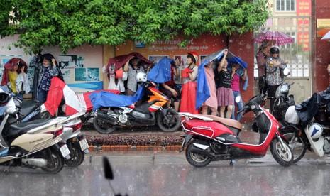 Phụ huynh đội mưa chờ con ngoài phòng thi - ảnh 4