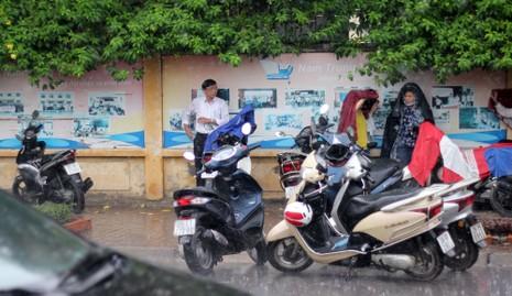 Phụ huynh đội mưa chờ con ngoài phòng thi - ảnh 3