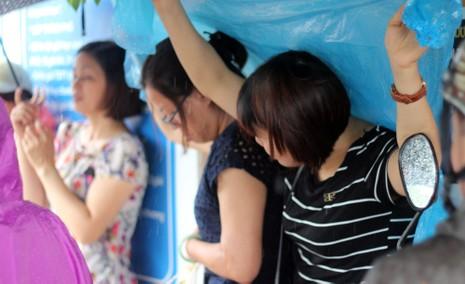 Phụ huynh đội mưa chờ con ngoài phòng thi - ảnh 2