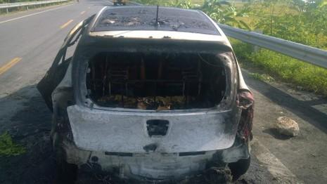 Xe bất ngờ bốc cháy dữ dội, bốn người đạp cửa thoát thân - ảnh 1
