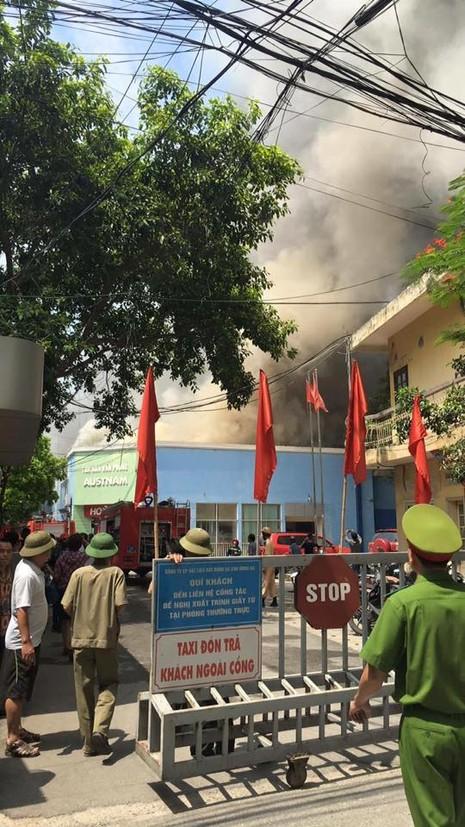 Hà Nội: Đang cháy lớn tại  xưởng gỗ trên đường Trường Chinh - ảnh 4