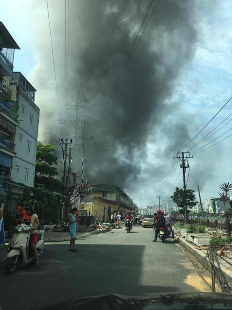 Hà Nội: Đang cháy lớn tại  xưởng gỗ trên đường Trường Chinh - ảnh 2
