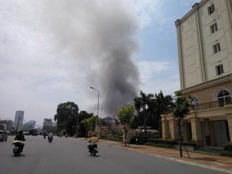 Hà Nội: Đang cháy lớn tại  xưởng gỗ trên đường Trường Chinh - ảnh 1