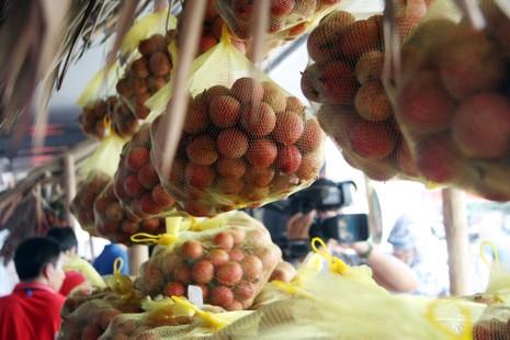 Người dân thủ đô chen nhau nếm thử vải thiều Bắc Giang - ảnh 8