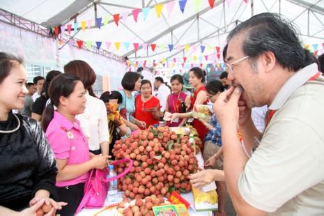 Người dân thủ đô chen nhau nếm thử vải thiều Bắc Giang - ảnh 4